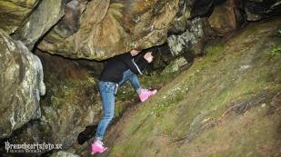 Jessica klättrar i grottor..